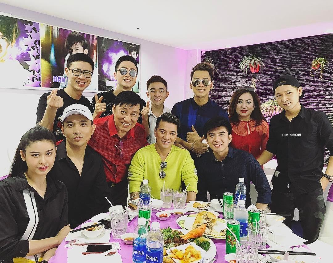 Tin sao Việt: Trương Quỳnh Anh và Tim đi chơi cùng bạn bè giữa tin đồn ra ở riêng-1