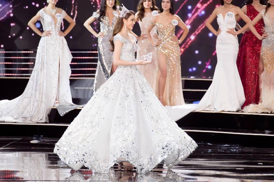 Những chiếc váy giúp Phạm Hương tỏa sáng từ khi bắt đầu đến lúc kết thúc Hoa hậu Hoàn vũ Việt Nam 2017-3