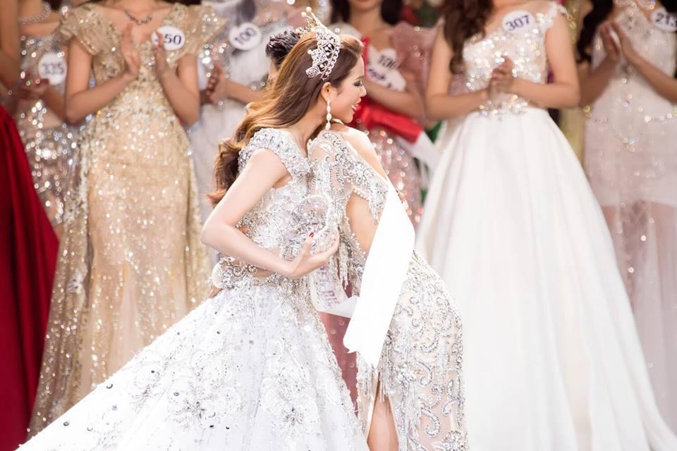 Những chiếc váy giúp Phạm Hương tỏa sáng từ khi bắt đầu đến lúc kết thúc Hoa hậu Hoàn vũ Việt Nam 2017-1