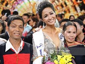Từ nhà bố mẹ Hoa hậu Hoàn vũ H'Hen Niê: 'Thấy con gái khóc, tôi cũng khóc dù không biết con đoạt giải gì'