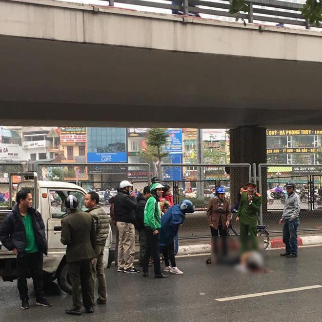 Hà Nội: Nam thanh niên thoi thóp dưới đường nghi rơi từ cầu vượt ngã Tư Sở xuống-1