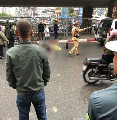 Hà Nội: Nam thanh niên thoi thóp dưới đường nghi rơi từ cầu vượt ngã Tư Sở xuống-2