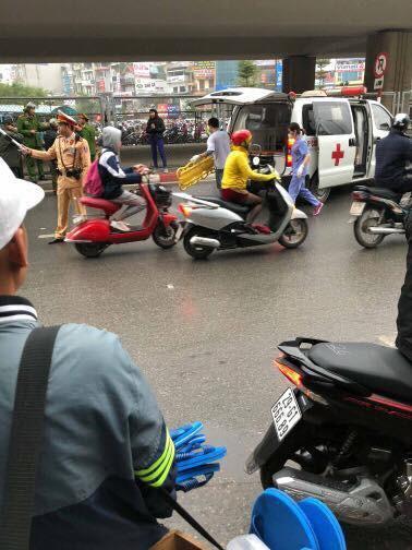 Hà Nội: Nam thanh niên thoi thóp dưới đường nghi rơi từ cầu vượt ngã Tư Sở xuống-3