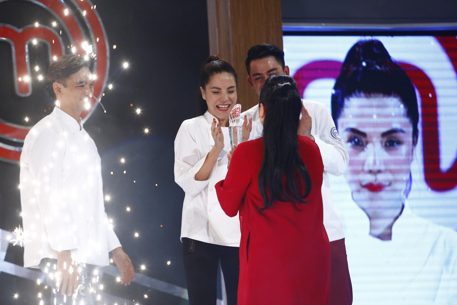 Vượt mặt đồng nghiệp, Kiwi Mai Trang xuất sắc ẵm Quán quân Vua đầu bếp 2017-11