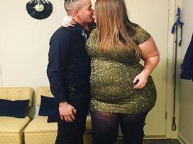 Đăng ảnh tình tứ cùng bạn trai, blogger 'quá khổ' bị cộng đồng mạng ném đá dữ dội