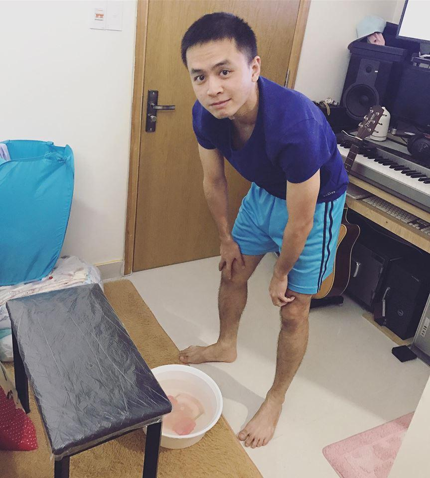 Tú Vi được ông xã Văn Anh cắt tỉa móng, bưng nước ngâm chân khi mang bầu-2