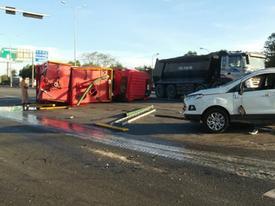Xe cứu hỏa tông 3 ô tô khi đi chữa cháy