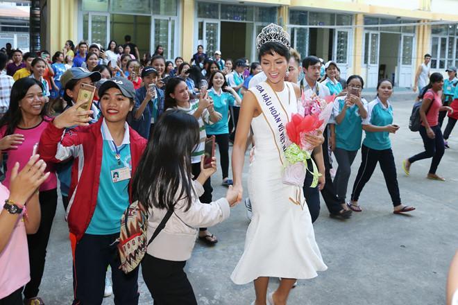 Tân hoa hậu HHen Niê xúc động ôm chầm lấy cô giáo khi về thăm trường cũ-10