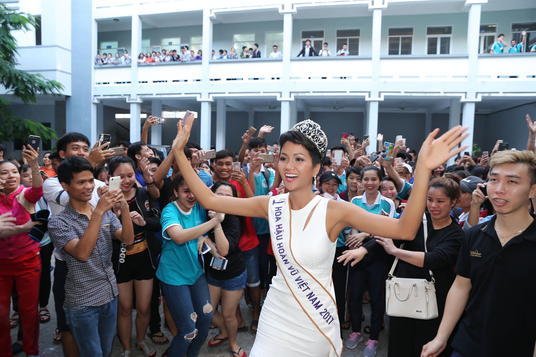 Tân hoa hậu HHen Niê xúc động ôm chầm lấy cô giáo khi về thăm trường cũ-2