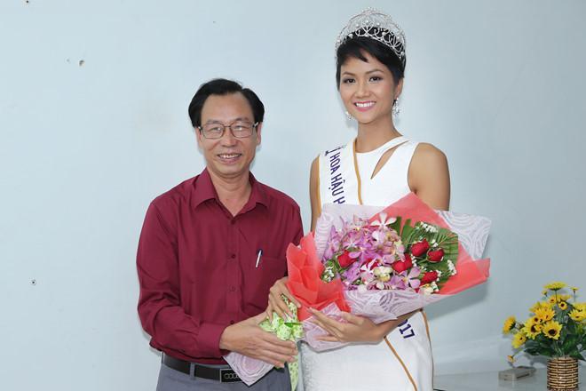 Tân hoa hậu HHen Niê xúc động ôm chầm lấy cô giáo khi về thăm trường cũ-4