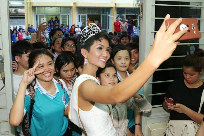 Tân hoa hậu HHen Niê xúc động ôm chầm lấy cô giáo khi về thăm trường cũ-5
