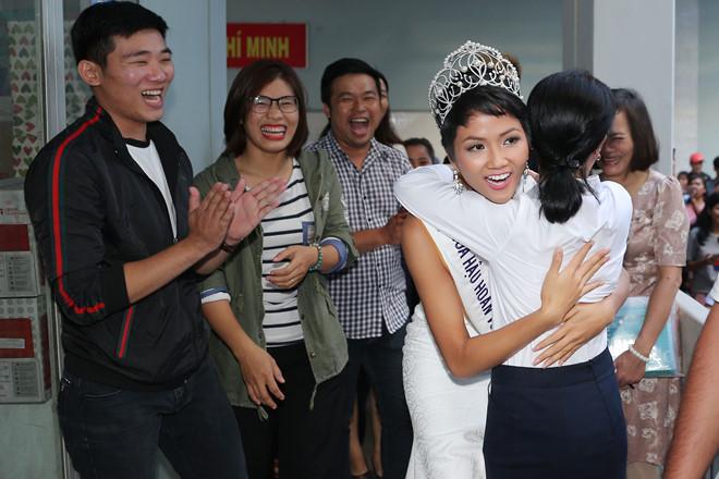 Tân hoa hậu HHen Niê xúc động ôm chầm lấy cô giáo khi về thăm trường cũ-7