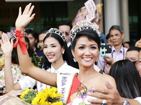 Xuất hiện tại sân bay, hoa hậu H'Hen Niê được chào đón nồng nhiệt như sao Hàn
