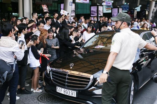 Xuất hiện tại sân bay, hoa hậu HHen Niê được chào đón nồng nhiệt như sao Hàn-12