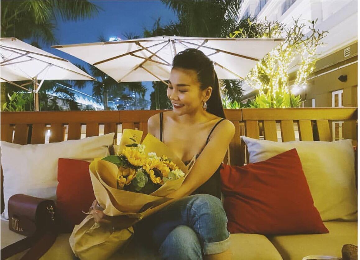 Angela Phương Trinh sến sẩm - Kỳ Duyên khoe lưng trần gợi cảm nổi bật nhất street style tuần mới-10