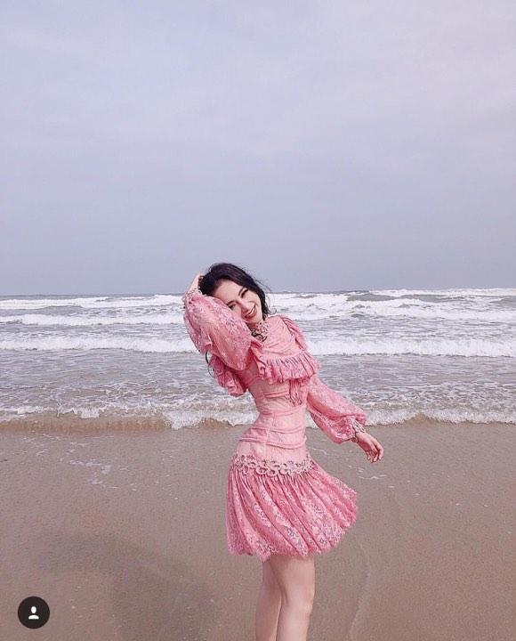 Angela Phương Trinh sến sẩm - Kỳ Duyên khoe lưng trần gợi cảm nổi bật nhất street style tuần mới-4