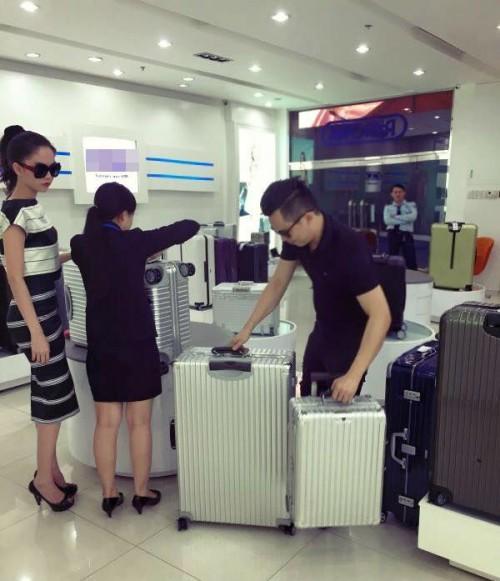 Ngọc Trinh chi 160 triệu đồng tậu vali cực chất của Chanel-5