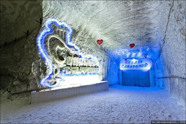 Choáng ngợp vẻ đẹp như ngoài hành tinh bên trong hang động muối khổng lồ-3
