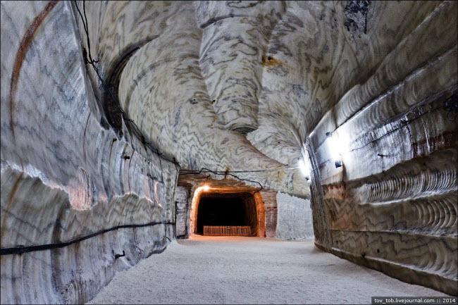 Choáng ngợp vẻ đẹp như ngoài hành tinh bên trong hang động muối khổng lồ-4