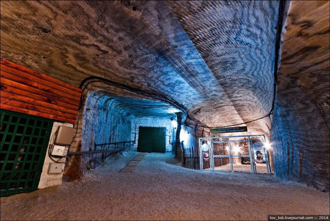 Choáng ngợp vẻ đẹp như ngoài hành tinh bên trong hang động muối khổng lồ-7