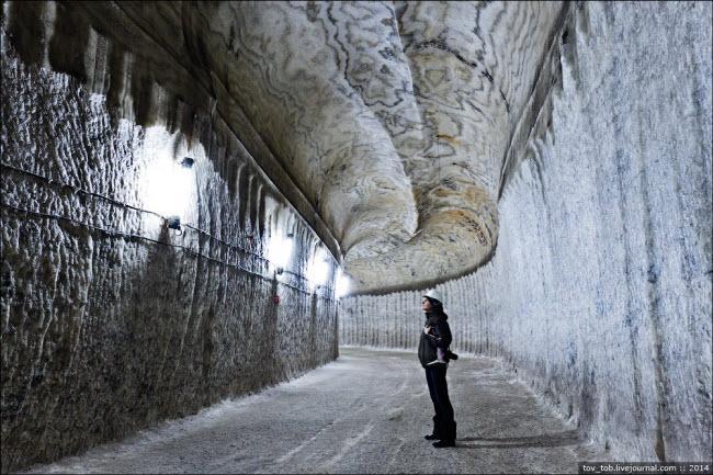 Choáng ngợp vẻ đẹp như ngoài hành tinh bên trong hang động muối khổng lồ-2