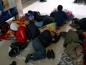 Hà Nội: Nhiệt độ về đêm chỉ còn 9, 10 độ C, nhiều người nhà bệnh nhân vạ vật tránh rét ở hành lang bệnh viện