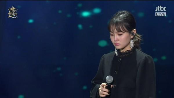 Clip: Lee Hi bật khóc, thẫn thờ không thể hát suốt 1 phút khi biểu diễn ca khúc của Jonghyun-1