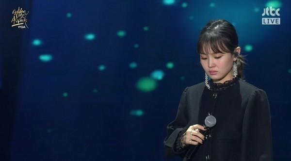 Clip: Lee Hi bật khóc, thẫn thờ không thể hát suốt 1 phút khi biểu diễn ca khúc của Jonghyun-2