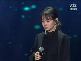 Clip: Lee Hi bật khóc, thẫn thờ không thể hát suốt 1 phút khi biểu diễn ca khúc của Jonghyun