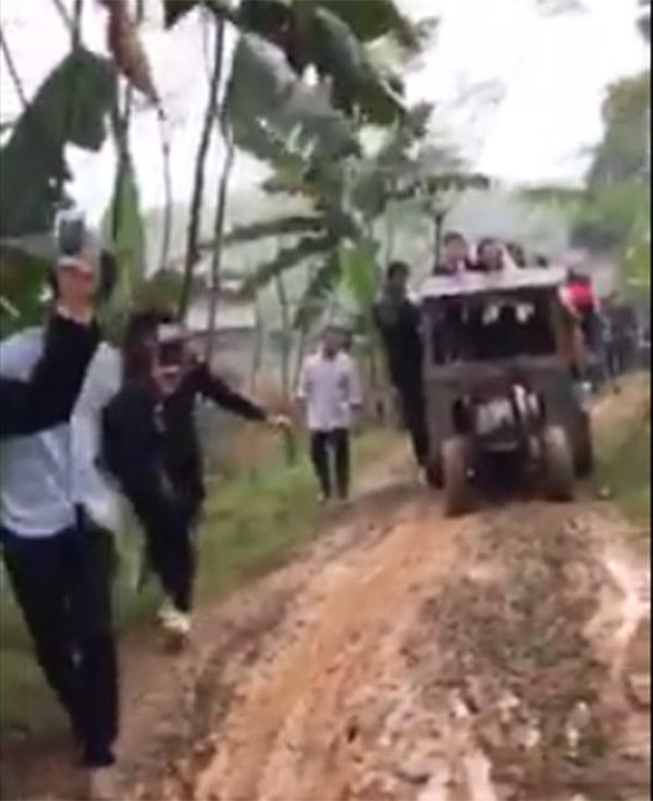 Màn rước dâu bằng xe công nông độc đáo tại Phú Thọ gây sốt mạng xã hội-1