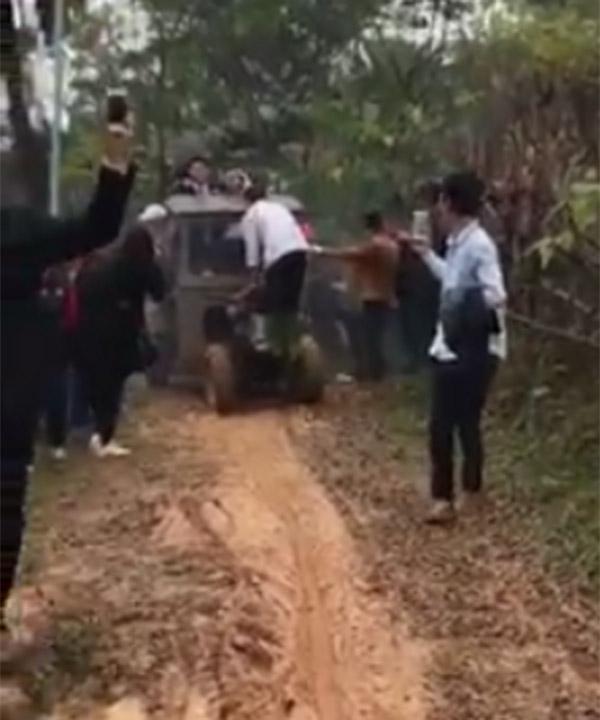 Màn rước dâu bằng xe công nông độc đáo tại Phú Thọ gây sốt mạng xã hội-2