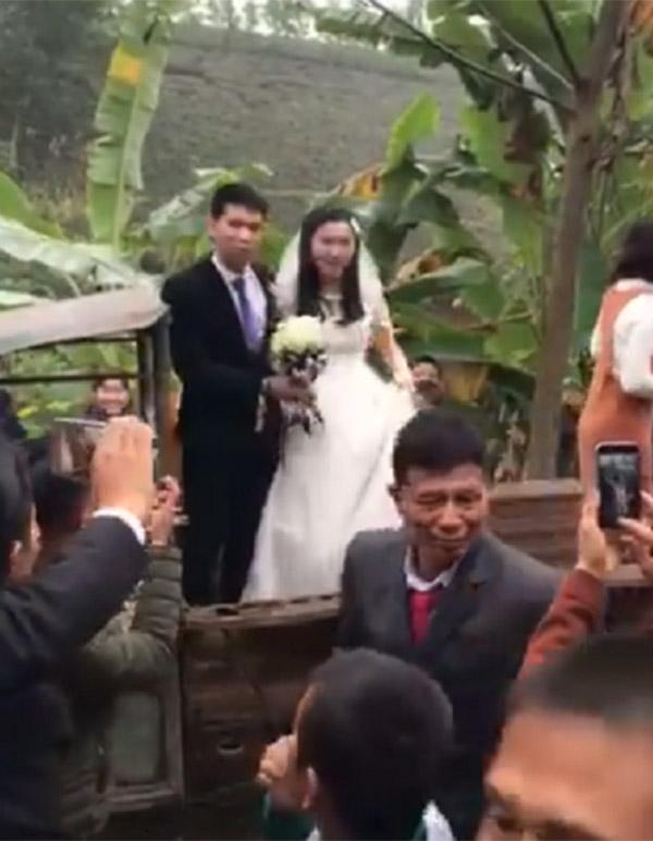 Màn rước dâu bằng xe công nông độc đáo tại Phú Thọ gây sốt mạng xã hội-3