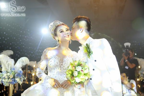 Lâm Khánh Chi lộng lẫy như công chúa bên cạnh ông xã-5