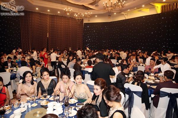 Lâm Khánh Chi thay đầm đỏ, đặt thêm bàn bên ngoài sảnh vì khách quá đông-3
