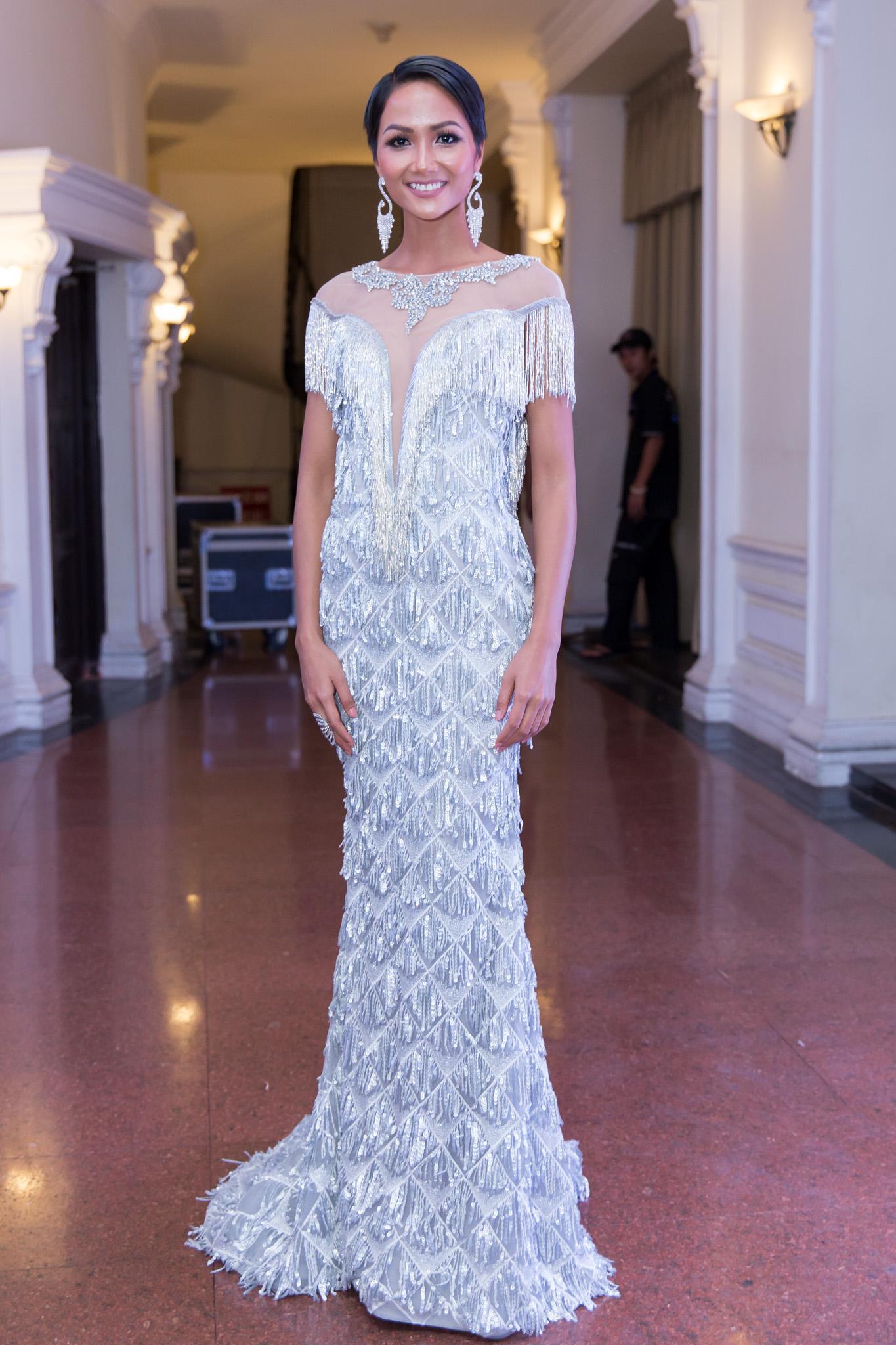 Hoa hậu HHen Niê đọ sắc cùng Hoàng Thùy và Mâu Thủy trên thảm đỏ Ngôi sao xanh-2