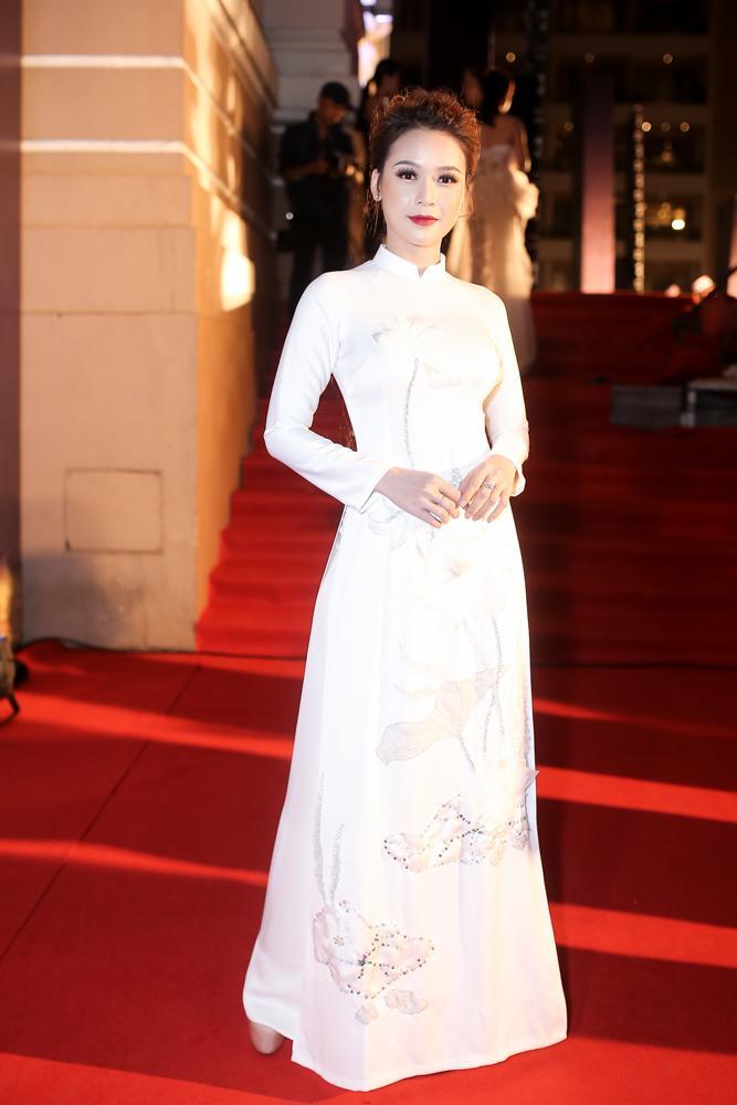Hoa hậu HHen Niê đọ sắc cùng Hoàng Thùy và Mâu Thủy trên thảm đỏ Ngôi sao xanh-8