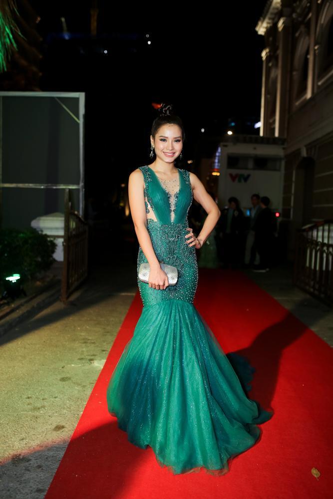 Hoa hậu HHen Niê đọ sắc cùng Hoàng Thùy và Mâu Thủy trên thảm đỏ Ngôi sao xanh-11