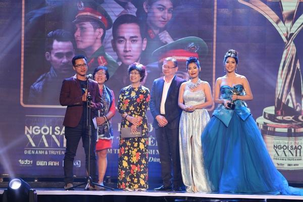 HHen Niê trao giải Nam diễn viên xuất sắc cho NSƯT Hữu Châu-1
