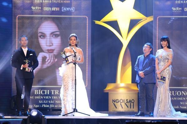 HHen Niê trao giải Nam diễn viên xuất sắc cho NSƯT Hữu Châu-2