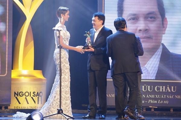 HHen Niê trao giải Nam diễn viên xuất sắc cho NSƯT Hữu Châu-5
