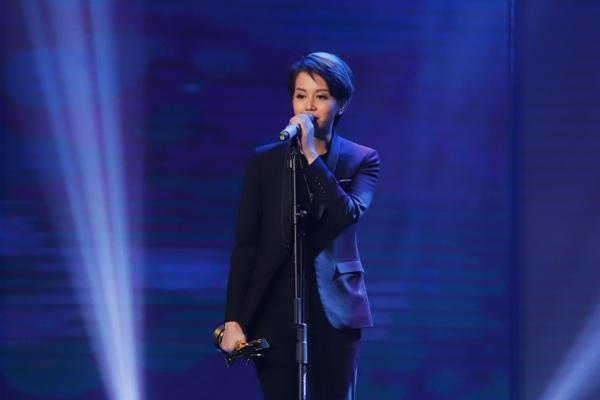 HHen Niê trao giải Nam diễn viên xuất sắc cho NSƯT Hữu Châu-9