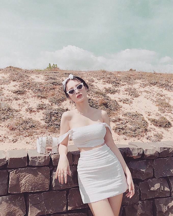 Thời trang đi biển sexy hết nấc của Angela Phương Trinh-4