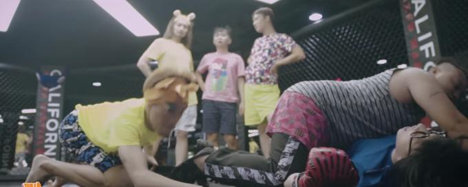 Tranh giành trai đẹp, Trấn Thành bị hội chị em bạn dì của BB Trần đánh cho sấp mặt-5