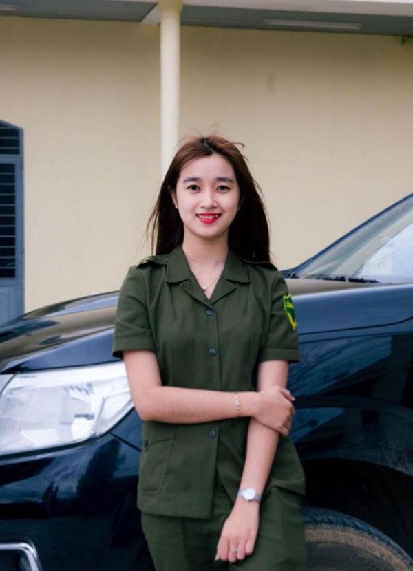 Nữ công an viên phút chốc nổi tiếng bởi nụ cười tỏa nắng-1