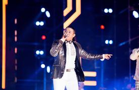 Bất chấp sân khấu Làn Sóng Xanh vắng hoe, Kasim Hoàng Vũ hát lại hit 20 năm 'Vì yêu' vẫn cực sung