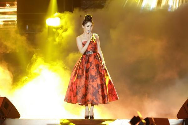 Lệ Quyên - Hà Tăng đẹp bất phân thắng bại khi diện chung một mẫu váy-2