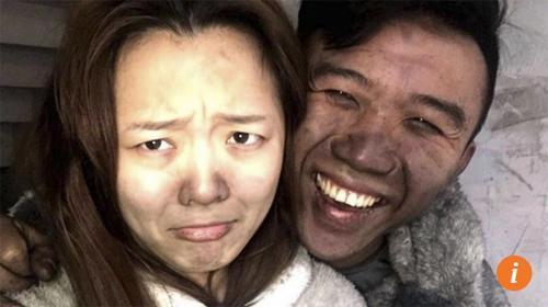 Cặp vợ chồng vô tư chụp ảnh tự sướng dù nhà vừa bị cháy-1