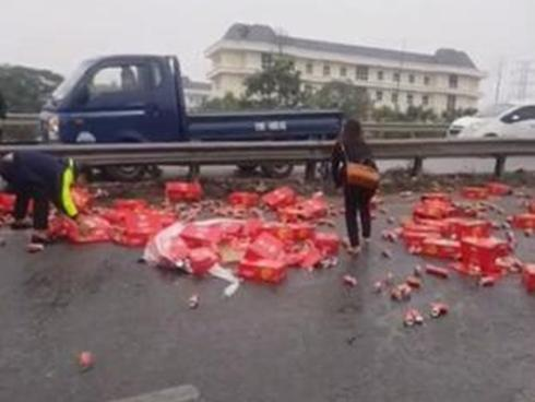 Hình ảnh đẹp: Xe tải chở Coca bị đổ, hàng chục người xúm lại giúp tài xế