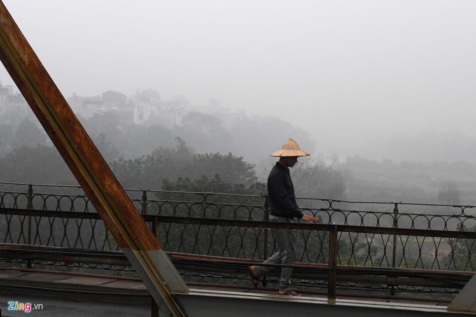 Các tòa nhà mất nóc trong sương mù dày đặc bao phủ Hà Nội-4