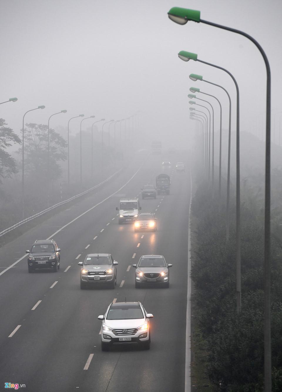 Các tòa nhà mất nóc trong sương mù dày đặc bao phủ Hà Nội-11